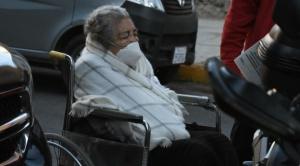 Adultos mayores hicieron largas filas en la UMSS para acceder a la vacunación masiva en Cochabamba