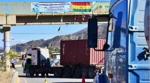 Transporte pesado mantiene 10 puntos de bloqueo y ministro Montaño anuncia que acudirá al diálogo
