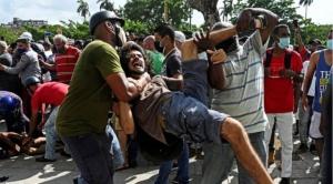 """Protestas en Cuba: miles de cubanos salen a las calles en una inusual manifestación masiva al grito de """"abajo la dictadura"""""""