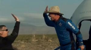 Jeff Bezos alcanza el espacio y culmina con éxito el primer vuelo de la nave de Blue Origin