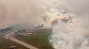 El fuego consume pastizales y un depósito del aeropuerto de Viru Viru