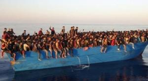 Migración a Europa: la impactante imagen de más de 500 personas en una barca encontradas cerca de Italia