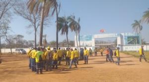 Más de 250 trabajadores de la china State Construction inician paro contra malos tratos y un largo pliego