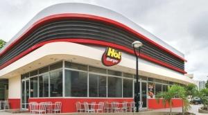 Viceministro no descarta clausurar locales del Hot Burger; Camacho defiende al local de comida