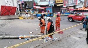 Camión choca contra postes de tendido eléctrico en La Paz