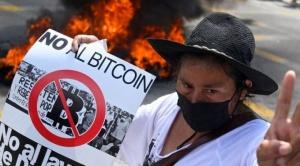 """Miles de personas protestan en El Salvador en la """"mayor"""" marcha contra Bukele"""