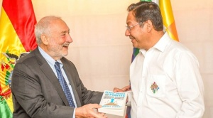 "Joseph Stiglitz se reúne con Arce y le obsequia su libro ""Capitalismo progresista"" 1"