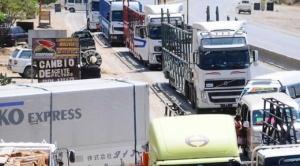 Transporte pesado de Cochabamba bloquea vía al occidente; pide atención de la ABC