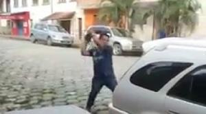 Caranavi: juez demandado por violencia emprende a golpes contra oficiales de diligencia
