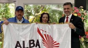 ¿Qué hay detrás de la foto que tuiteó Sacha Llorenti con los esposos Ortega que gobiernan Nicaragua?