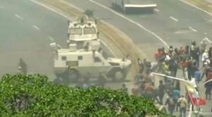 Tensión en Venezuela: Reportan primeros heridos por bala y una tanqueta arrolla manifestantes