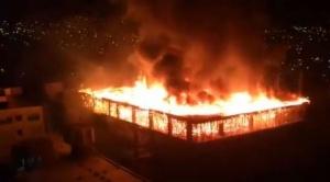 Incendio de magnitud, en un edificio en construcción, causa temor en Cochabamba