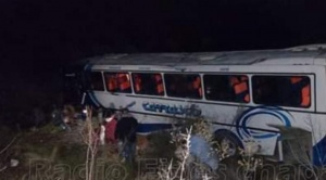 Al menos dos personas murieron después que un bus chocara contra un camión