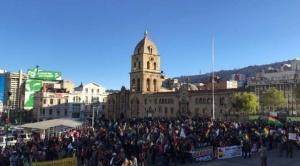 Miles de personas se congregan en la Plaza San Francisco y calles adyacentes para participar en Cabildo Paceño