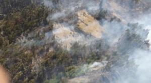 Bomberos, voluntarios y rescatistas intentar sofocar por tercer día consecutivo nuevo incendio en el parque Tunari