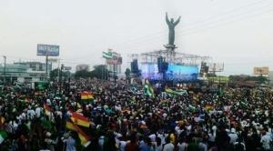 Santa Cruz: Cabildo de la Unidad reúne a gran cantidad de personas a la espera de determinaciones para exigir la renuncia de Evo Morales