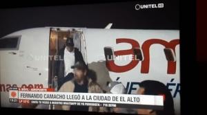 Camacho llegó a El Alto y esta vez el gobierno garantizó que pudiera salir del aeropuerto