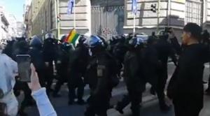 En La Paz efectivos policiales se repliegan, hay motines policiales en nueve regiones