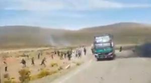 Grupos de masistas emboscaron con dinamita y gases lacrimógenos a buses con delegaciones de Potosí y Sucre