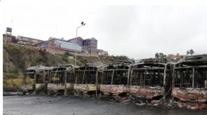 Vándalos quemaron 64 buses Pumakatari