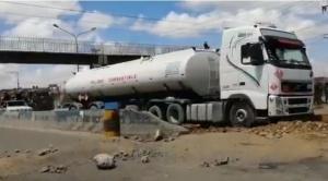 Liberan camiones cisterna con gasolina y diésel en Senkata tras siete días de permanecer cercados