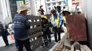 Trabajadores ediles levantan barricadas, limpian calles paceñas y reponen luminarias
