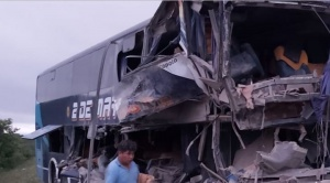 Cinco fallecidos y 17 heridos en colisión de un bus y camión en San José de Chiquitos
