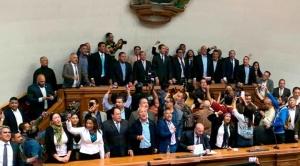 Guaidó recupera la Asamblea y es posesionado como presidente interino de Venezuela