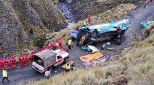 Al menos 15 son los fallecidos después del embarrancamiento de bus en sector de Incachaca