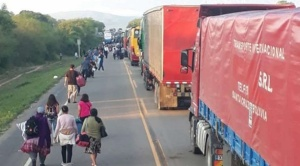 Productores de miel bloquean ruta a Argentina, piden presencia de autoridades para atención a sus demandas
