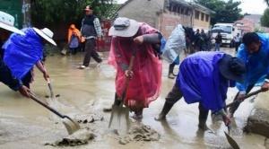 Una mazamorra afecta tres viviendas en Tiquipaya y cierran carretera Cochabamba Santa Cruz