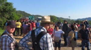 Cívicos de Camiri realizan bloqueo indefinido de carretera internacional 9