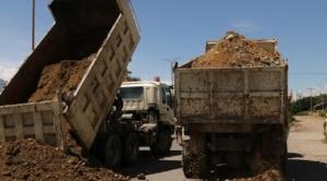 Municipios se aíslan para frenar el coronavirus, bloquean caminos con piedras y tierra