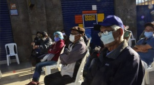 Adultos mayores hacen largas filas para cobrar sus rentas de vejez y denuncian desorganización 1