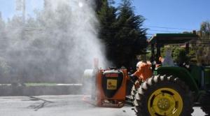 Tractores pulverizadores desinfectan calles y avenidas de La Paz