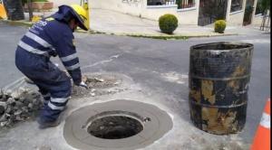 La Alcaldía de La Paz aprovecha la cuarentena para nivelar la superficie de 124 tapas de alcantarilla