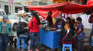 La Paz prohíbe la venta de alimentos elaborados en mercados y calles