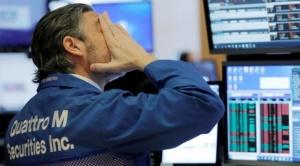 Baja la bolsa al proseguir las caídas de los precios del petróleo