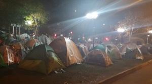 Más de 200 connacionales acampan frente al consulado en Chile a la espera de su repatriación 1