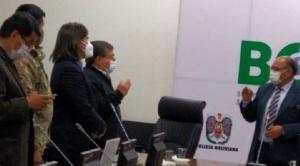 Gobierno posesiona a Sahonero, trabajadores del Sedes se atrincheran y Patzi ratifica a Osco