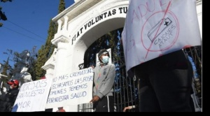 Bloquean ingreso al cementerio en rechazo a fosas comunes y cremación, en Cochabamba