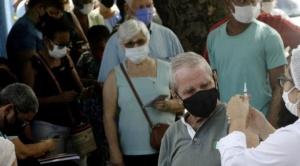 ¿Por qué la vacunación sin confinamiento puede convertir a Brasil en una 'fábrica' de variantes superpotentes?