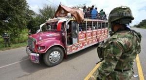 """Protestas en Colombia: quiénes son los """"hombres de blanco"""" y otras 3 interrogantes que dejan los enfrentamientos entre grupos armados e indígenas en Cali"""